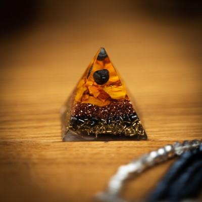 Hematit – Orgonitna Piramida